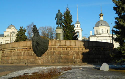 Памятник Афанасию Никитину на берегу реки Волги